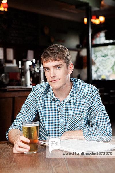 Junger Mann in der Bar