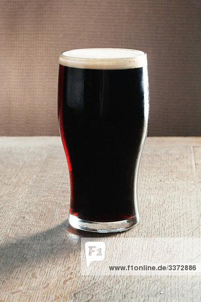 Pint Bier auf dem Tisch