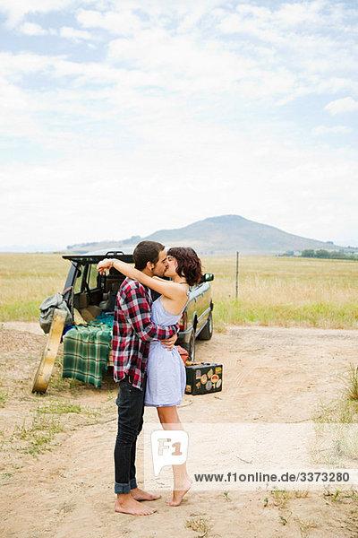 Junges Paar beim Küssen im Freien