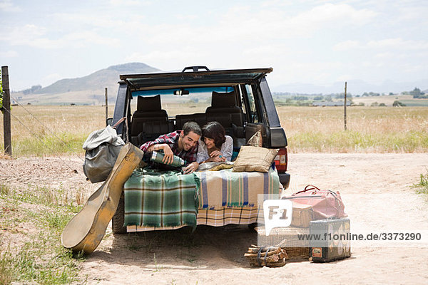 Paar entspannt sich im hinteren Teil des Geländewagens