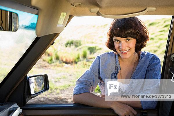 Junge Frau mit dem Auto