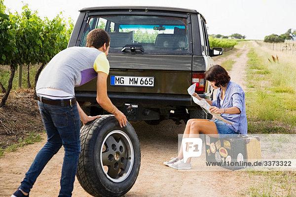 Paar pro Geländewagen mit Reifen und Karte