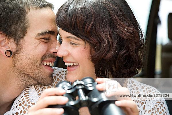 Junges Paar mit Fernglas