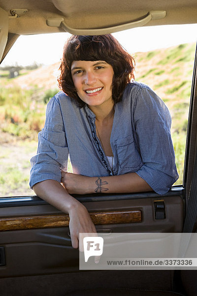 junge Frau junge Frauen Auto