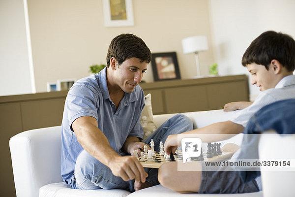 Vater und Sohn beim Schachspielen