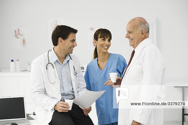 Medizinische Fachkräfte zusammen in der Pause