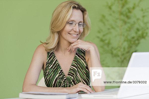 Reife Frau mit Laptop-Computer
