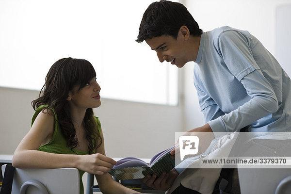 Gymnasiast zeigt dem Klassenkameraden das Buch