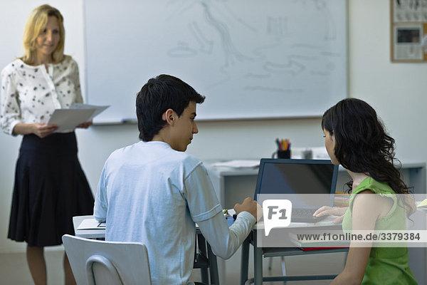 Gymnasiasten mit Laptop im Unterricht