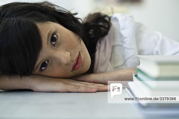 Teenager-Mädchen macht Pause vom Studium