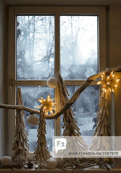 Weihnachtsdekoration an einem Fenster