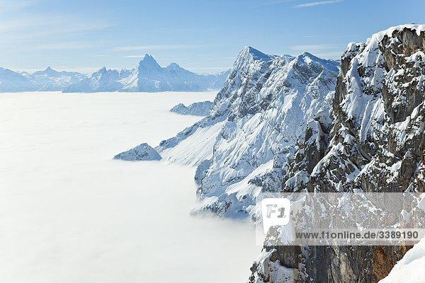 Berchtesgadener Alpen vom Nebel umhüllt  Watzmann im Hintergrund  Österreich  Erhöhte Ansicht Berchtesgadener Alpen vom Nebel umhüllt, Watzmann im Hintergrund, Österreich, Erhöhte Ansicht