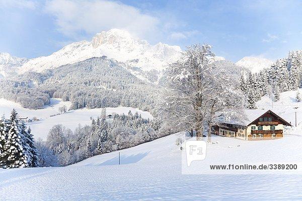 Haus in den Berchtesgadener Alpen  Marktschellenberg  Deutschland  Erhöhte Ansicht