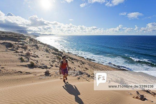 Frau geht an der Westküste von Fuerteventura spazieren  Spanien  Erhöhte Ansicht