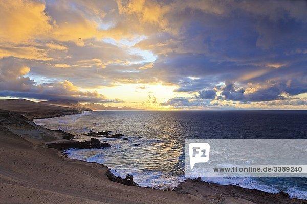 Küste von Costa Calma bei Sonnenuntergang  Fuerteventura  Spanien