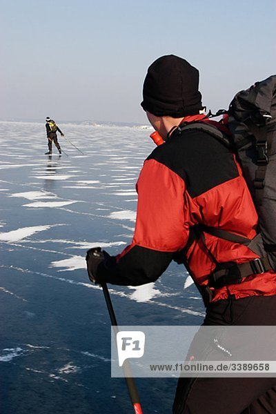 Zwei Männer Skifahren  Schweden.