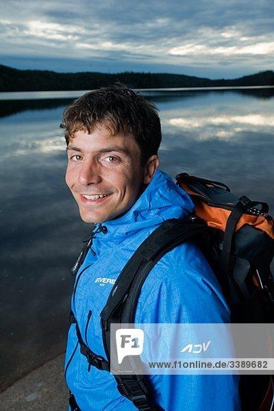 Porträt eines Mannes wandern an einem See  Schweden.