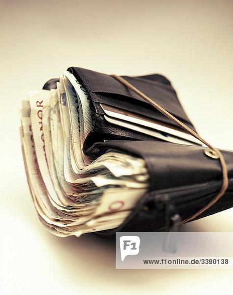 Banknoten in eine Brieftasche