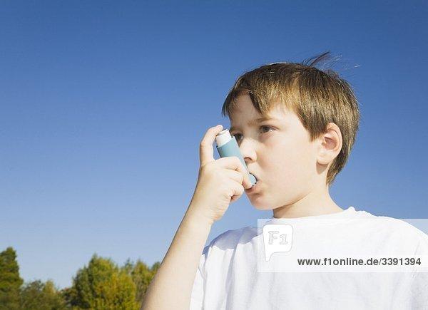 Junge mit Inhalator bei Asthma