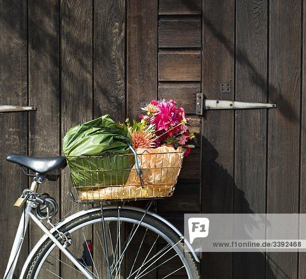 Abgeschnittener Fahrradkorb mit Einkaufsmöglichkeiten