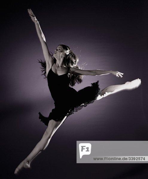 Mädchen springt im Rampenlicht Mädchen springt im Rampenlicht