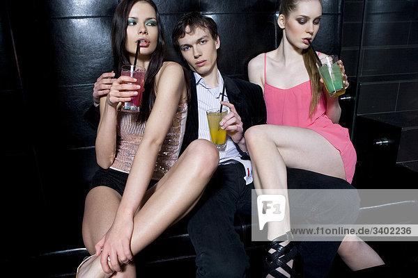 Gruppe von Freunden in Nachtclub