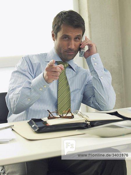 Geschäftsmann zeigt mit dem Zeigefinger