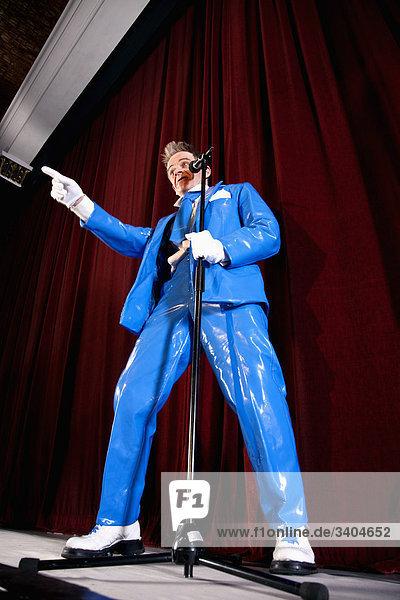 Comedian auf der Bühne
