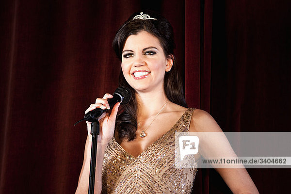 Porträt von Schönheitskönigin hält Rede auf der Bühne