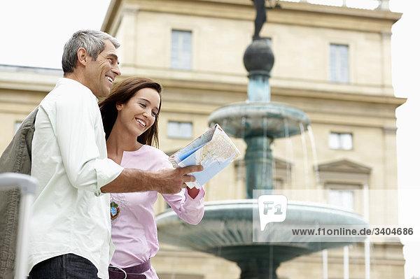 Paar in Stadt Straße Blick auf Karte