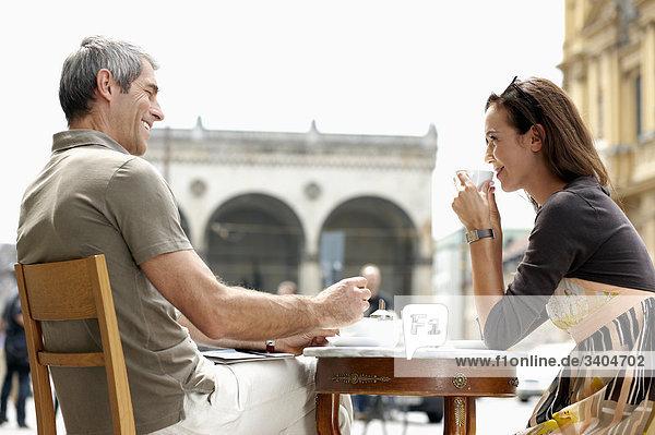 paar sitzen im Cafe in Stadt