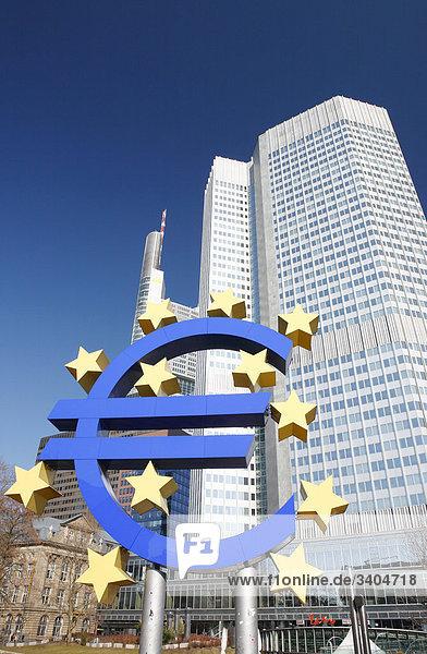 Eurozeichen vor der Europäischen Zentralbank  Frankfurt am Main  Deutschland  Flachwinkelansicht Eurozeichen vor der Europäischen Zentralbank, Frankfurt am Main, Deutschland, Flachwinkelansicht
