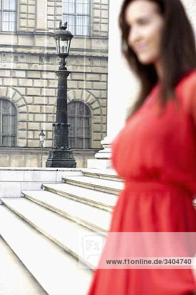 junge Frau im roten Kleid Stand vor Theater