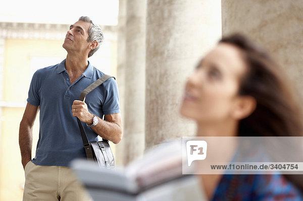 Paar in Stadt Blick auf Objekt von Interesse