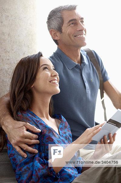 Paar in Stadt mit Blick auf Objekt von Interesse Reiseführer