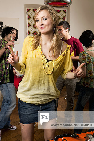 Portrait einer jungen Frau tanzen auf party