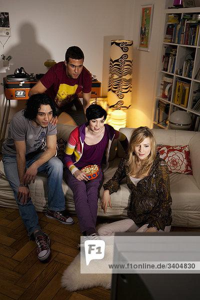 Gruppe von vier Freunden Fernsehen