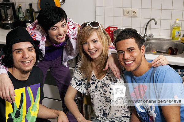 Gruppe von vier Freunden zusammensitzen in Küche