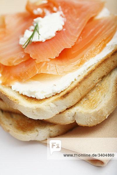 Toastbrot mit Frischkäse und Räucherlachs  Close-up