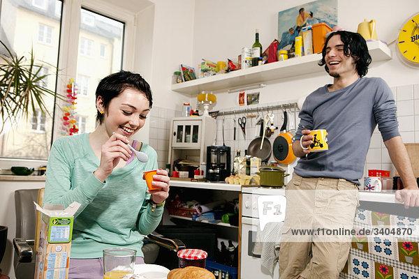 junges paar in dem Frühstück Küche
