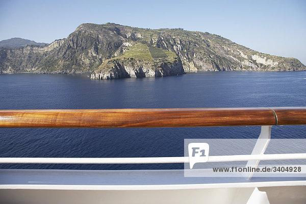 Blick über Geländer der Kreuzfahrtschiff auf der Insel