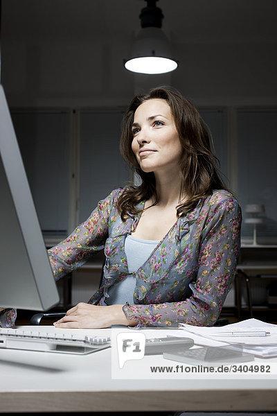 junge geschäftsfrau spät in die Nacht an Schreibtisch sitzen