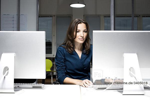 Porträt der jungen arbeiten büro Computer geschäftsfrau