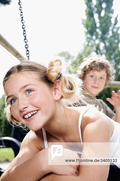 Porträt des jungen Mädchens auf Spielplatz