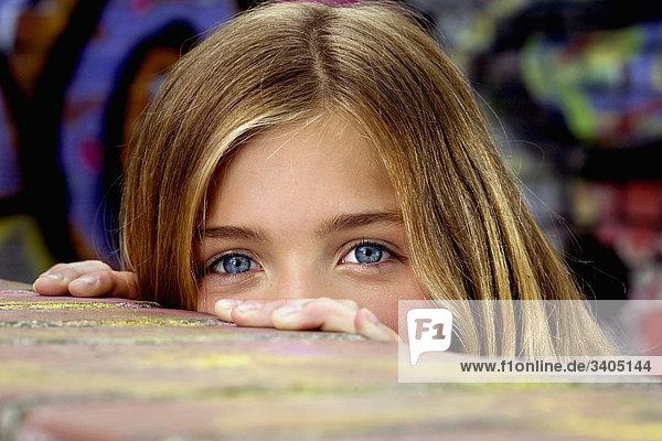 jungen Mädchen wird über Mauer