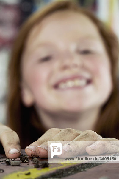 Porträt von lächelnd red haired Girl Fokus auf Hände