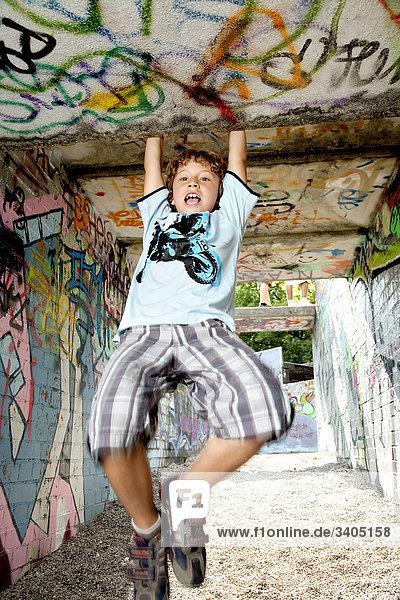 Junge auf Spielplatz spielen