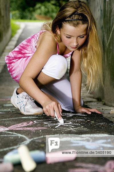 Porträt des jungen Mädchens malen mit Buntstiften auf der Straße