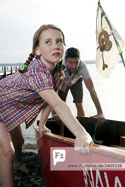 junge Mädchen und Vater Vorbereiten der Boot starten