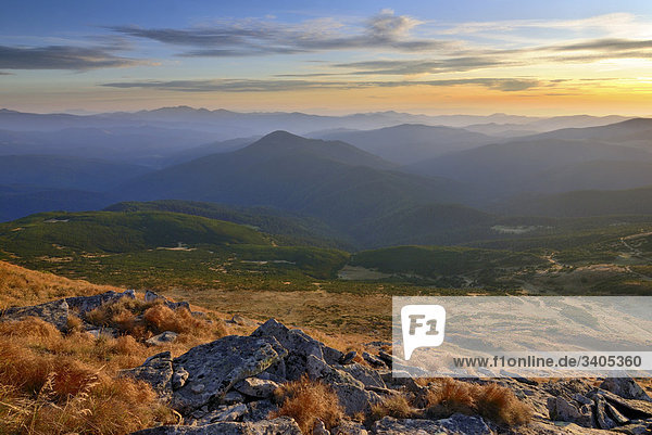 Karpaten Berglandschaft in der Ukraine gesehen vom Goverla Berg